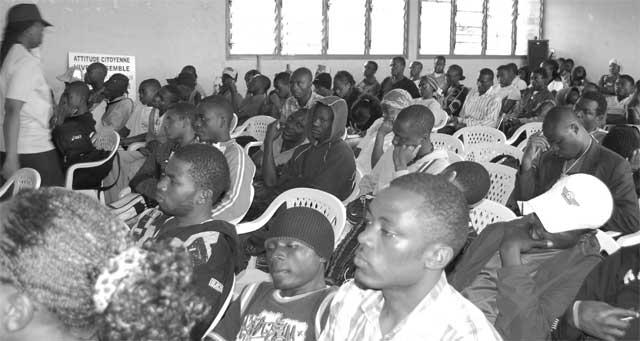 Jeunes à l'écoute lors du forum