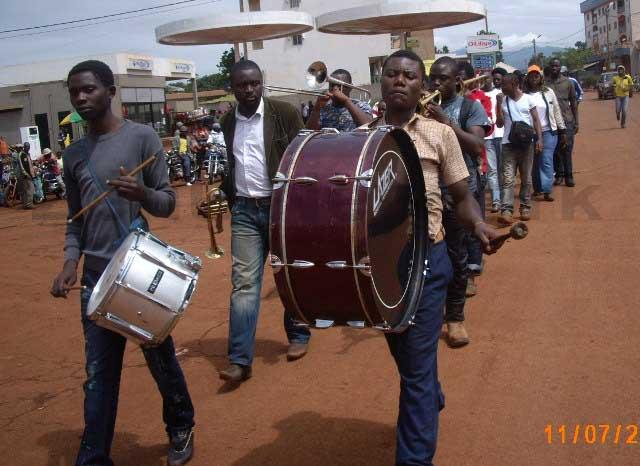 Parade des jeunes de KFA dans la ville de Mbouda