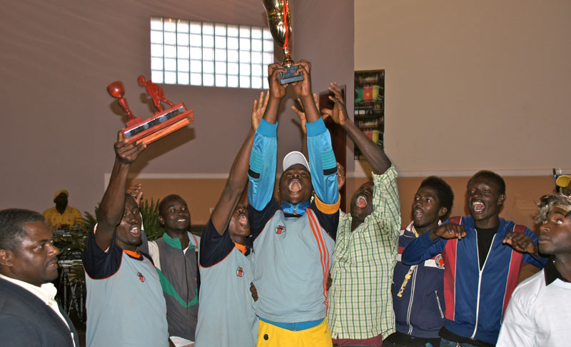 L'équipe du Noun célèbre le trophée de football