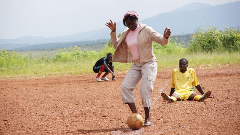Olga Bemegnie du PJCC donne le coup d'envoi d'un match football