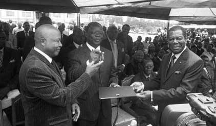 Victor Fotso remet les clefs du palais de justice au représentant du Minetat/Minjustice