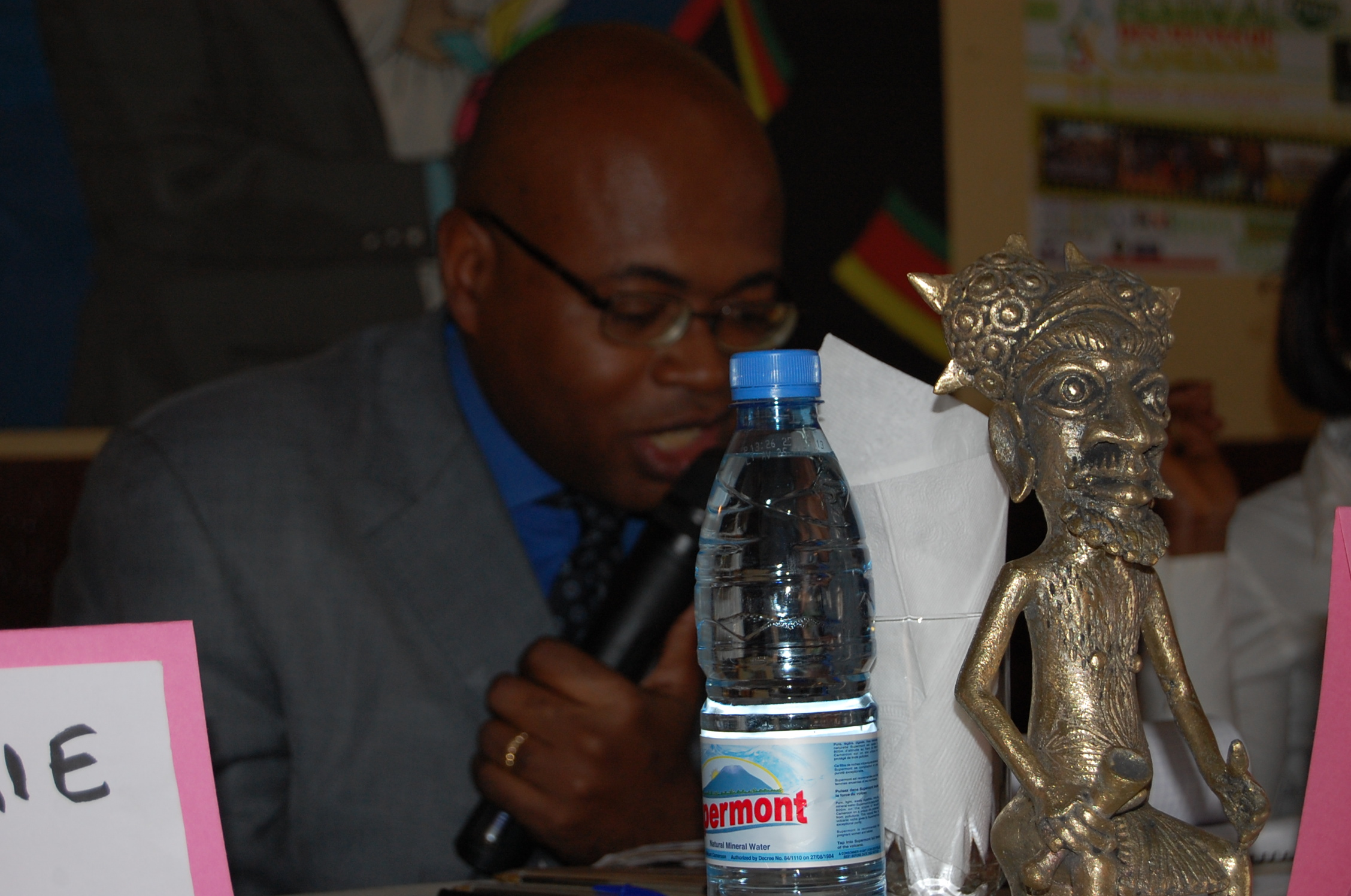 Une attitude du Pr. Eric Mathias Owona Nguini