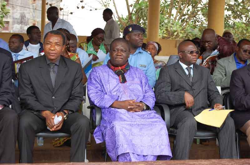 De droite à gauche, le SG du Minjec, le préfet et le délégué régional du Minjec