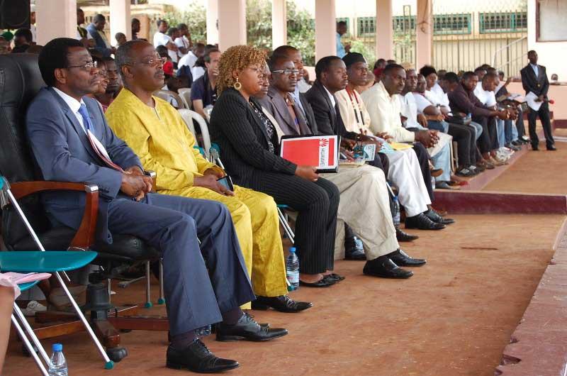De gauche à droite, le représentant du gouverneur de l'Ouest et le maire de la commune d'arrondissement de Bafoussam 1er