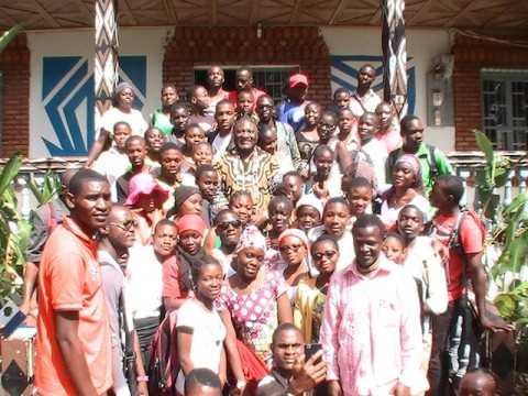 Des jeunes scolaires en visite à la chefferie Batoufam