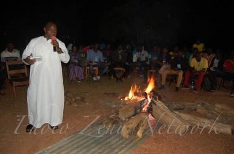 Soirée autour du feu : Les jeunes discutent de la pratique de la dot