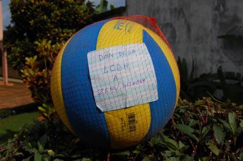 Sport &Détente: La LCDH offre un ballon de volley-ball à Zenü Network