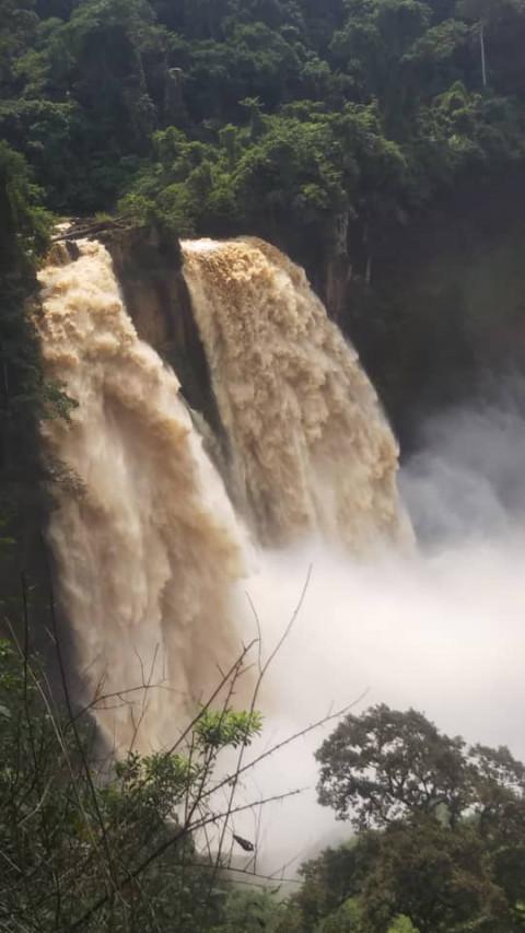 Des jeunes à la conquête des chutes d'Ekom-Nkam – Moungo